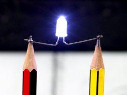 鉛筆の芯は電気を通す。LEDとブザーを使ったアイデアクラフト。